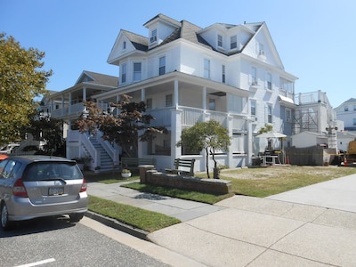 9 Bedroom House with 7 full bathrooms, 1,000 feet to 12th Street Beach & Boards