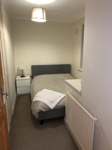 Comfy Bright and Clean Small Double Room with WiFi