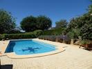la piscine carrelée avec la croix occitane