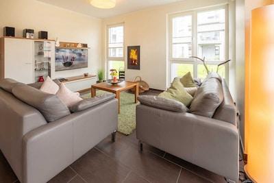 Großzügiger Wohn-/Essbereich mit Kamin