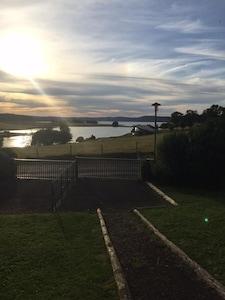 coucher de soleil sur le lac de naussac