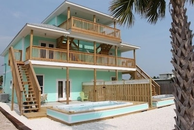BACK OF HOUSE - 3 STORY - 3 BEDROOM 3 BATHROOM WITH PRIVATE POOL