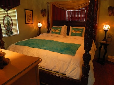 King Size Mahogany Pineapple Poster Bed with Luxurious Linens & Tiffany Lighting
