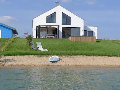 Haus am See mit Privatstrand