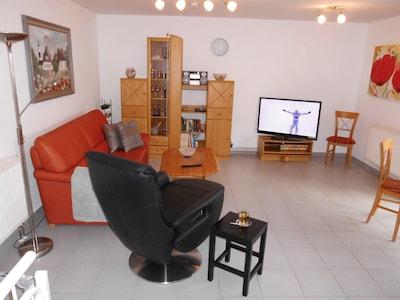 Der Wohnraum mit der ausziehbaren Couch mit Schlaffunktion.