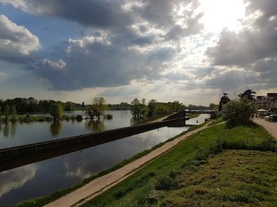 En bordure du canal d'Orléans et de la Loire