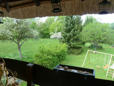le jardin (2000m²) et le portique pour les enfants