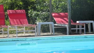 transats à la piscine