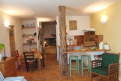 Laure de Noves : coin cuisine et salle à manger