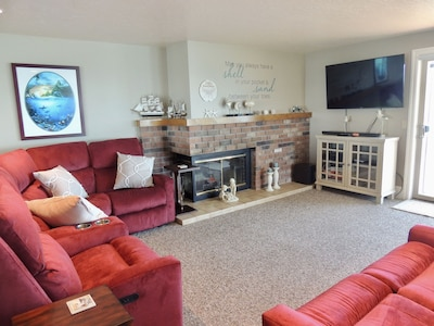 Living Rm area with 5 comfy recliners. The fireplace is not able to be used.