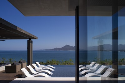 Oceanside lounging with a breathless view.