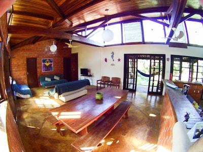 Casa agradável em cond. próxima a praia, 4 quartos c/ ar condicionado