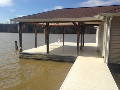 Enjoy the cover dock, sun bath on in front, stay cool under cover,boat slip!