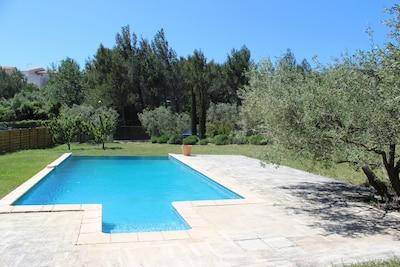Vaste piscine de 11m par 5 à débordement