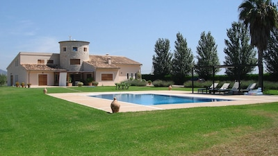 Edificio principal y piscina