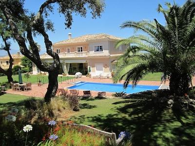 5 * villa de lujo. Club San Roque. Piscina de 2 niveles. WiFi a través de fibra óptica. Caminar al golf