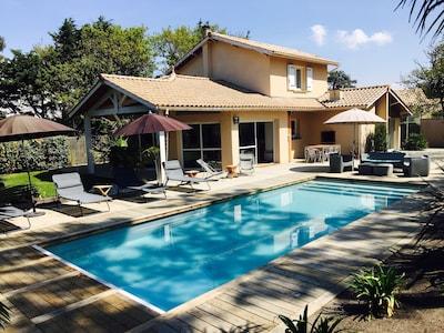 La maison, les terrasses, la piscine, le jardin clos