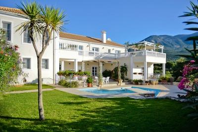 Luxurious Villa Loukia
