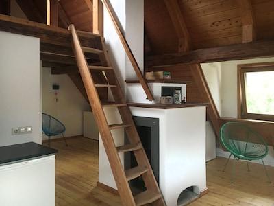 Kachelofen mit Stiege zur Schlafgalerie