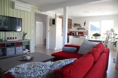 gemütliches Sofa mit Blick auf den 42´ Zoll Flachbildschirm