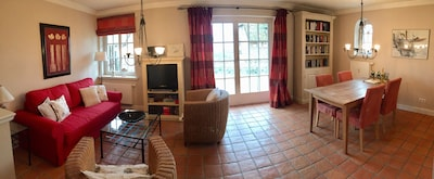 Wohn- und Essbereich  mit Blick auf die Terrassentür