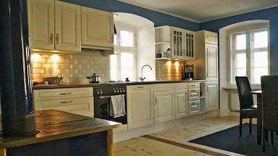 Großzügige Wohnküche mit einem Essbereich für sechs Personen im Erdgeschoss