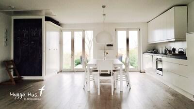 Wohnzimmer mit Esstisch.