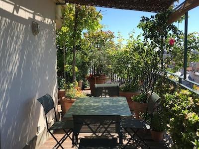 Coin repas sur la terrasse, sous la pergola