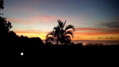 Lever du soleil devant la maison