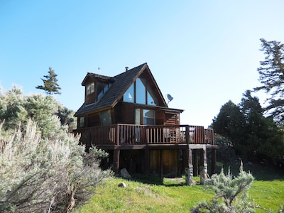 Front view of cabin in Paradise Valley, MT
