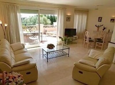 Fabuloso apartamento orientado al sur ubicado en exuberantes jardines tropicales con piscina comunitaria