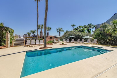 Room for everyone in this pool and deck area.