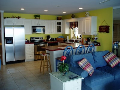 A look at the Kitchen from the livingroom