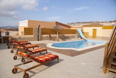 Villa de 4 dormitorios en la ciudad, piscina de 10 m con tobogán para niños, valla de seguridad, barbacoa, salones al aire libre