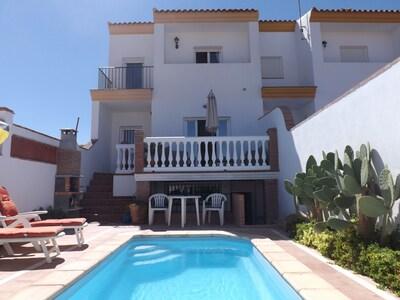 Villa con piscina privada, terrazas, vistas al campo y ubicación del pueblo