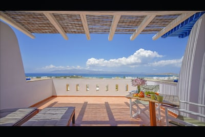 TERRACE WITH AMAZING VIEWS OF 10 CYCLADIC ISLANDS & THE BEST BEACHES IN NAXOS
