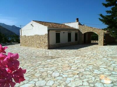 La grande terrasse qui entoure la villa