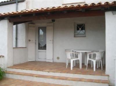 coté est, parking, entrée, et petite terrasse couverte