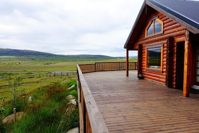 A unique and warm cedar log cabin in a prime location to explore Iceland.