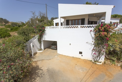 Entrance to the villa with shady parking in the garage