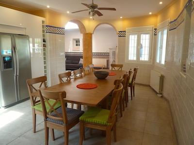 Large Modern Kitchen - Seats 12