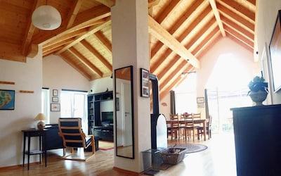 Einfach Wohlfühlen: Der große Wohnraum mit viel Holz bietet viel Licht und Platz