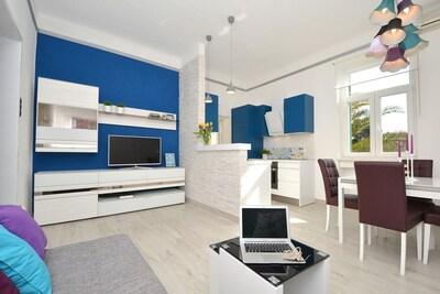 Sehr komfortable Wohnzimmer ist mit Küche und Esszimmer verbunden