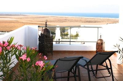 casa de vacaciones moderno y lujoso, con gran terraza y vistas al océano Atlántico