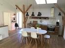 Kochen, Essen, Entspannen in einem großen Wohnraum