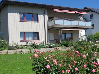Südwest-Ansicht mit Terrasse + Garten