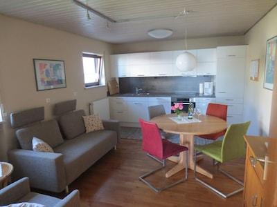 Wohnküche mit Essplatz und Sofa