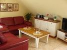 Freundlicher Wohnbereich mit Sitzplätzen für vier Personen