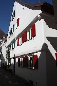 Die Münzgasse 10, Doppelhaushälfte  um 1780 erbaut, mit roten Fensterläden