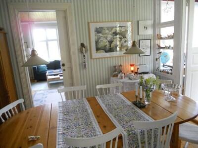 Esszimmer mit Blick ins Wohnzimmer
